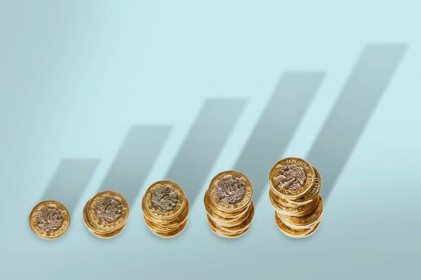 Tas de pièces de monnaie rangés par ordre croissant sur fond bleu