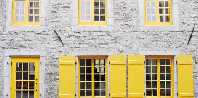 Maison avec porte et volets jaunes